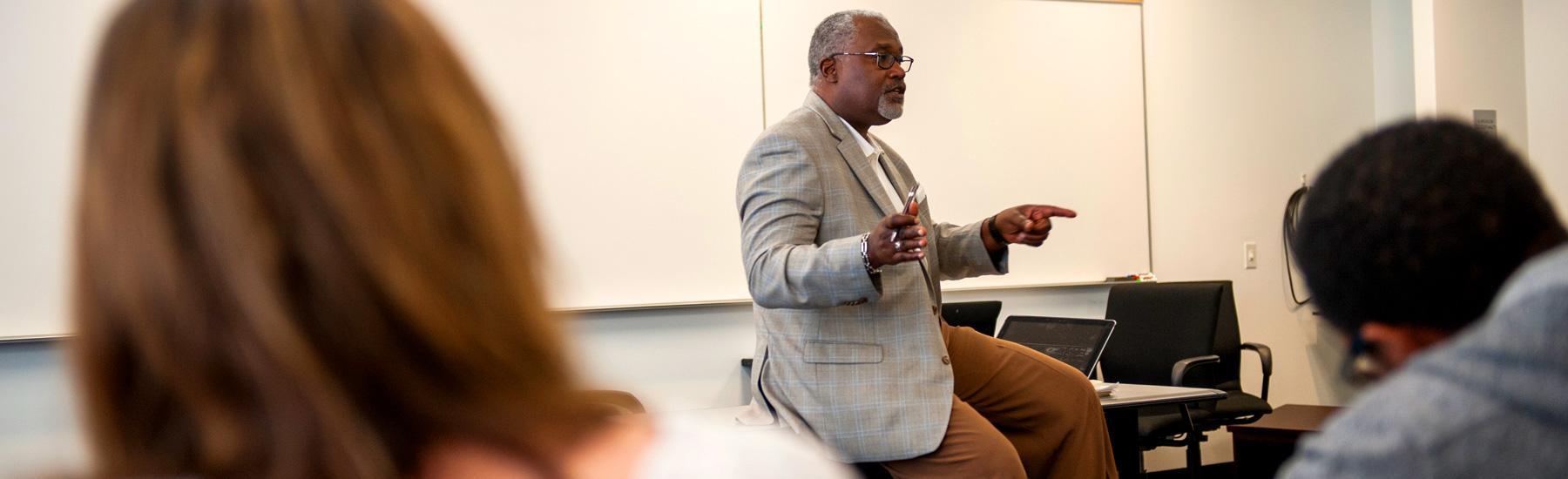 Daryl Rowe teaches a class - Pepperdine GSEP